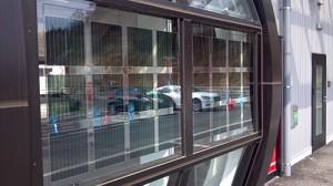 駅の側面にはソーラーパネル