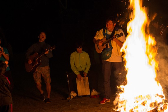 東北の人たち、ファンと囲む炎