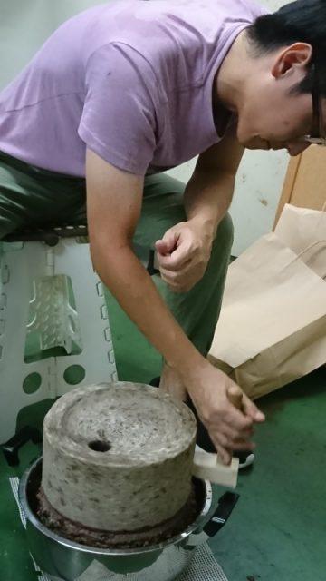 オリーブを石臼で挽く