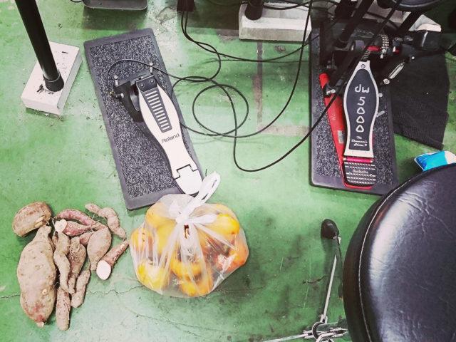電子ドラムの床に野菜